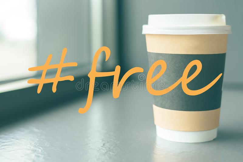 Uma xícara de café do cartão na soleira do café com um hashtag é gratuitamente imagens de stock