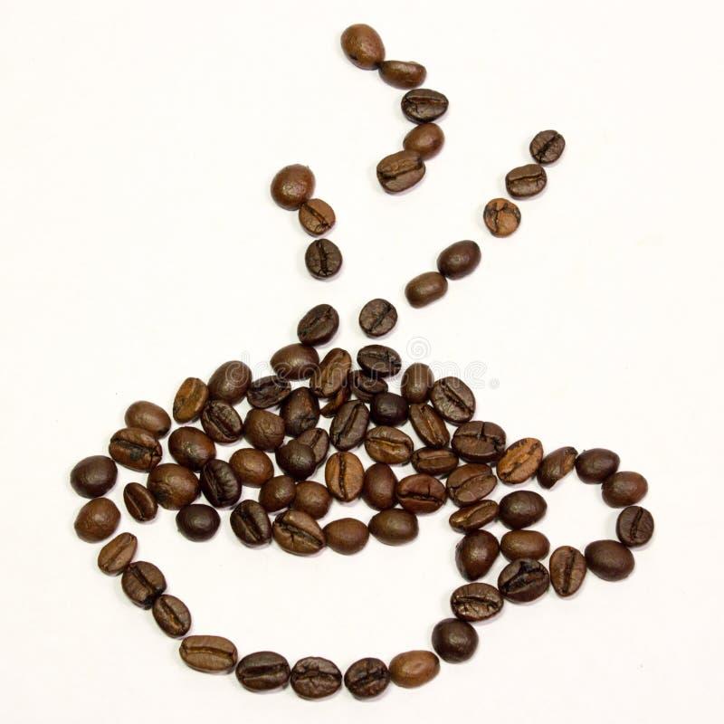 Uma xícara de café dos feijões no fundo branco fotografia de stock
