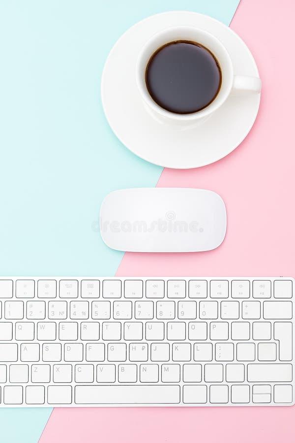 Uma xícara de café em um fundo rosa-azul vertical fotografia de stock royalty free