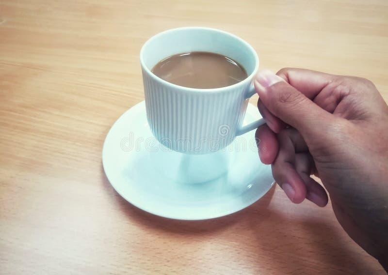 Uma xícara de café na mão da mulher foto de stock