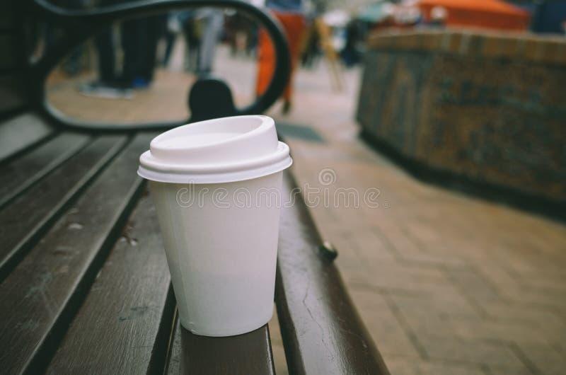 Uma xícara de café no banco fotografia de stock