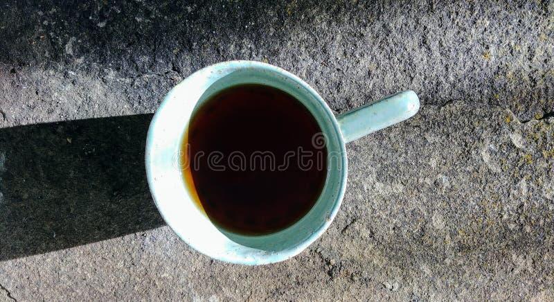 Uma xícara de café no fundo de pedra imagens de stock