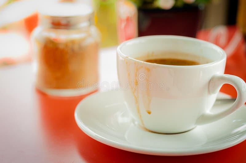 uma xícara de café nos tempos de manhã foto de stock royalty free