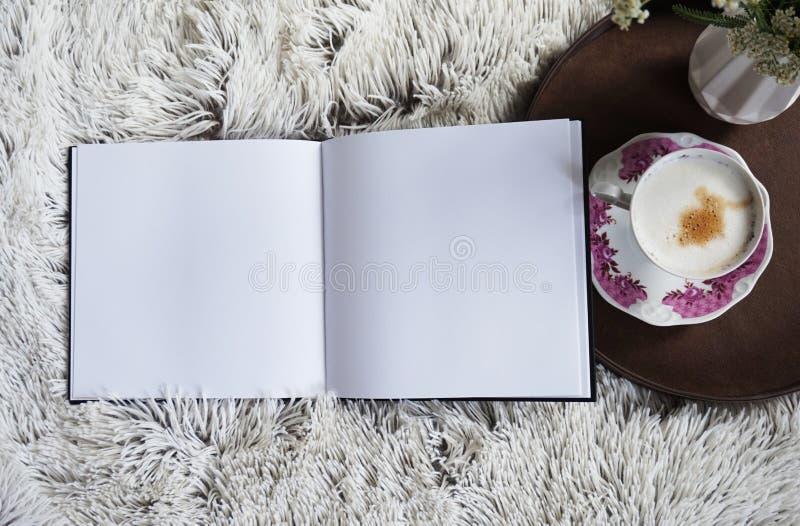 Uma xícara de café que aquece-se na cama imagem de stock