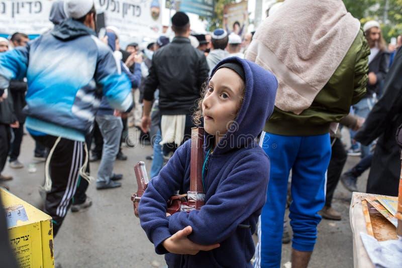 Uman, Ουκρανία, 13 09 2015: Ένα εβραϊκό αγόρι με Payots στο hoodie είναι η οδός, στο υπόβαθρο υπάρχουν πολλοί Εβραίοι στοκ εικόνες με δικαίωμα ελεύθερης χρήσης