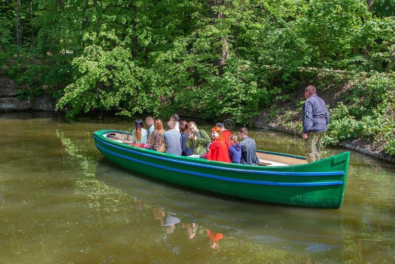 Uman, Ουκρανία - 30 Απριλίου 2016 Μια βάρκα τουριστών στην ήρεμη κυματωγή στοκ εικόνες με δικαίωμα ελεύθερης χρήσης