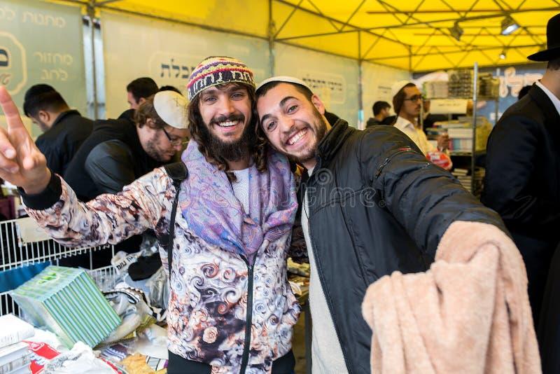 Uman, Ουκρανία, 13 09 2015: Δύο εβραϊκοί τύποι χαμόγελου θέτουν στη κάμερα στοκ φωτογραφία με δικαίωμα ελεύθερης χρήσης