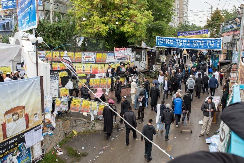 Uman, Ουκρανία, 13 09 2015: Πολλοί εβραϊκοί άνθρωποι σε Kippah και τα μαύρα ενδύματα περπατούν κάτω από την οδό που διακοσμείται  στοκ φωτογραφία