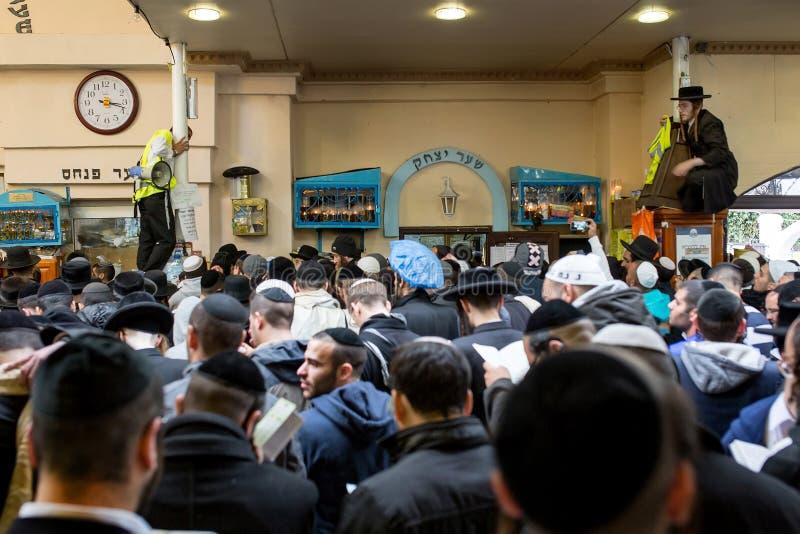 Uman, Ουκρανία, 13 09 2015: Το σύνολο αιθουσών των εβραϊκών ανθρώπων σε Kippah και τα μαύρα ενδύματα, σύλλεξαν για τον εορτασμό R στοκ φωτογραφίες με δικαίωμα ελεύθερης χρήσης