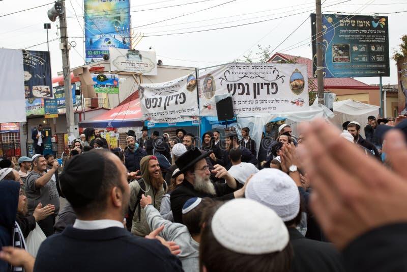 Uman, Украина, 13 09 2015: Толпа еврейских людей в Kippah в улице на которой много плакаты на иврите стоковые фотографии rf