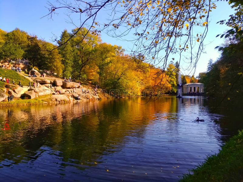 Uman, parque de Sofiyivka, superficie del alm del lago fotos de archivo