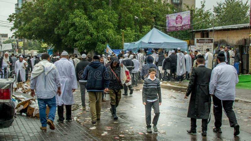 Uman, Ucrania - 10 de septiembre de 2018: Rosh Hashanah, Un niño triste del chasid camina abajo de la calle en una muchedumbre de imagenes de archivo