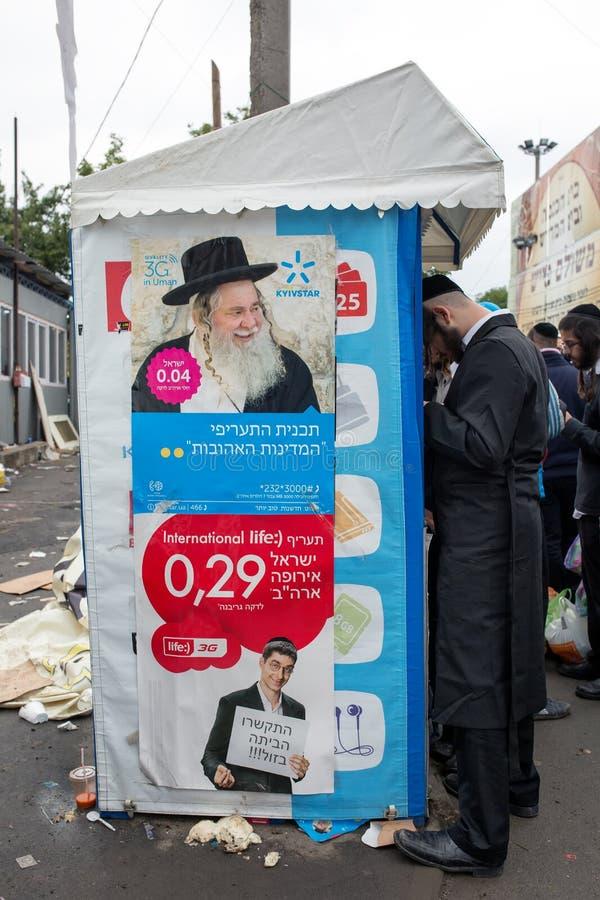 Uman, Ukraina, 13 09 2015: Namiot z wizerunkiem żyd mężczyzna i signboards pisać w Hebrajskim i pobliskim które stoją w Kippah Ży zdjęcia royalty free