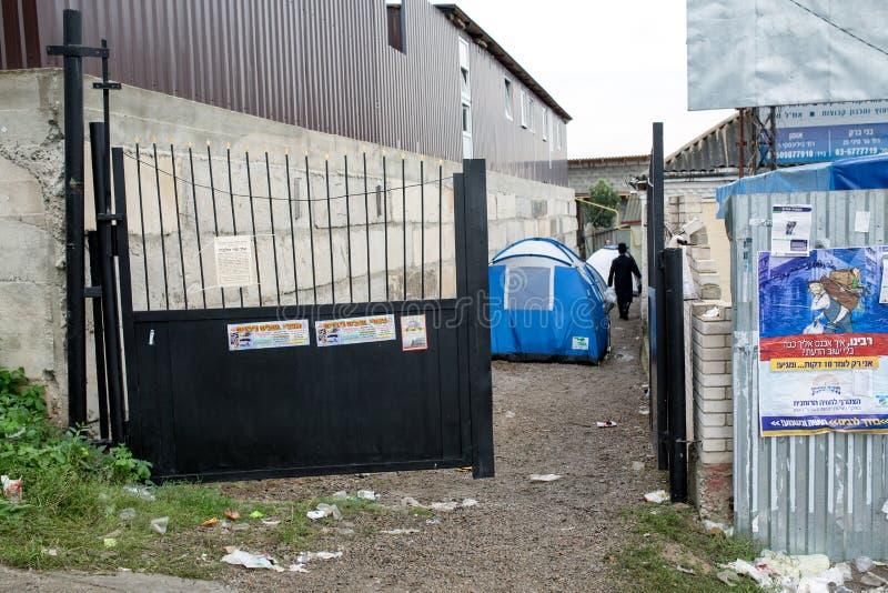 Uman, Ukraina, 13 09 2015 Otwarta brama zaniechany podwórze dokąd tam są turystyczni namioty zdjęcia royalty free