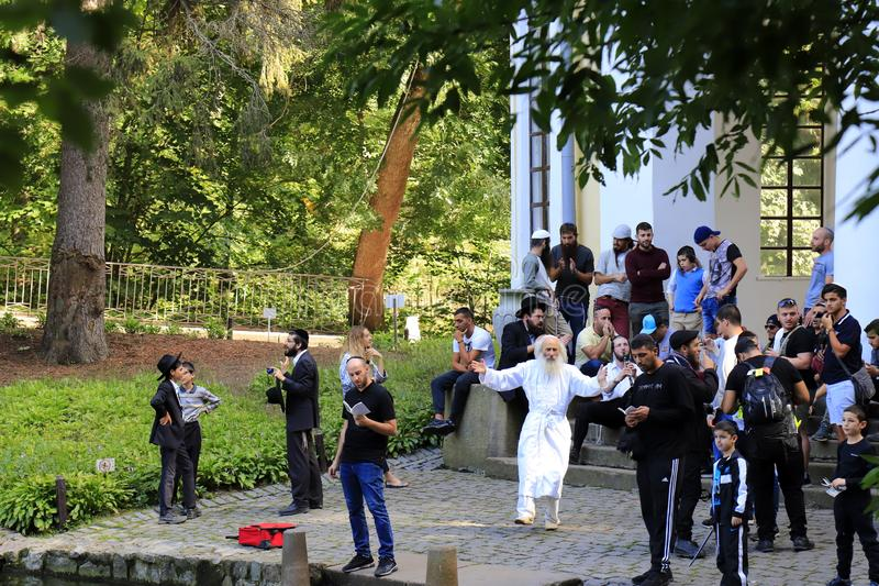 Uman Ukraine Hasidic Juden tanzen, singen und beten während des jüdischen neuen Jahres im Park lizenzfreie stockfotos
