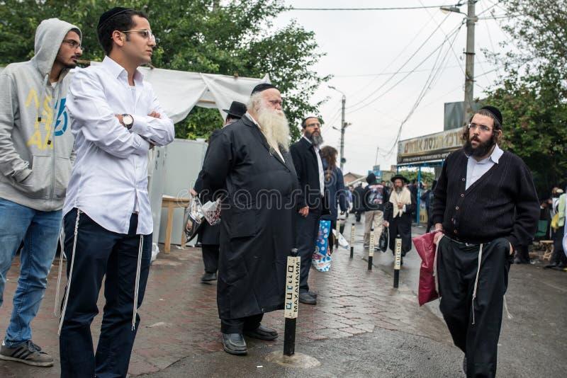 Uman, Ukraine, 13 09 2015 : Les hommes juifs dans Kippah et les vêtements noirs avec des barbes sont dans la rue image libre de droits