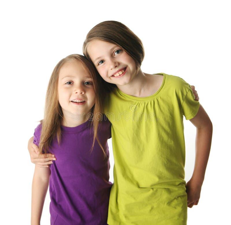 Umarmen der großen Schwester und der kleinen Schwester stockbilder
