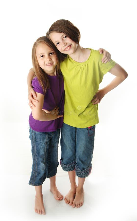 Umarmen der großen Schwester und der kleinen Schwester lizenzfreies stockbild