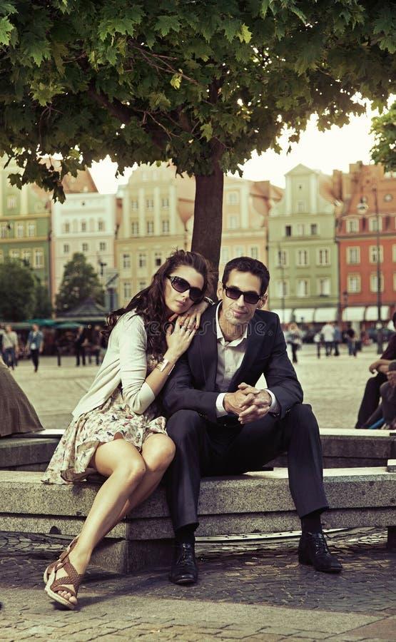 Umarmen der Paare stockfotografie