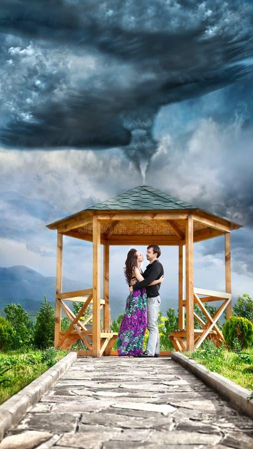Umarmen der Paare im Tornado lizenzfreie stockbilder