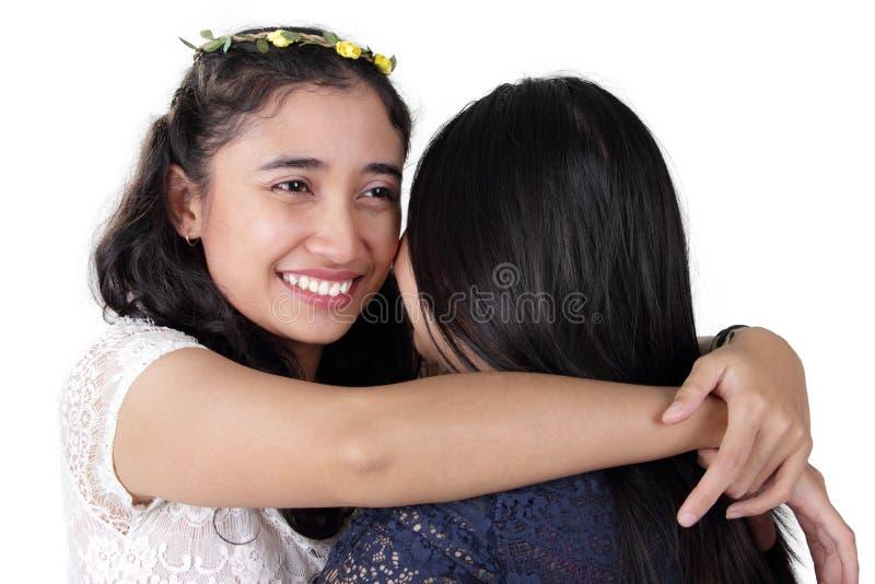 Umarmen von Freundinnen stockfoto