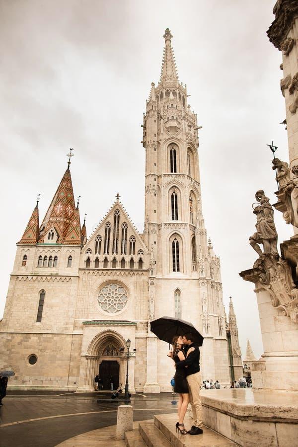 Umarmte liebevolle Paare durch die Bastion des Fischers in Budapest, Ungarn an einem regnerischen Tag stockfotografie