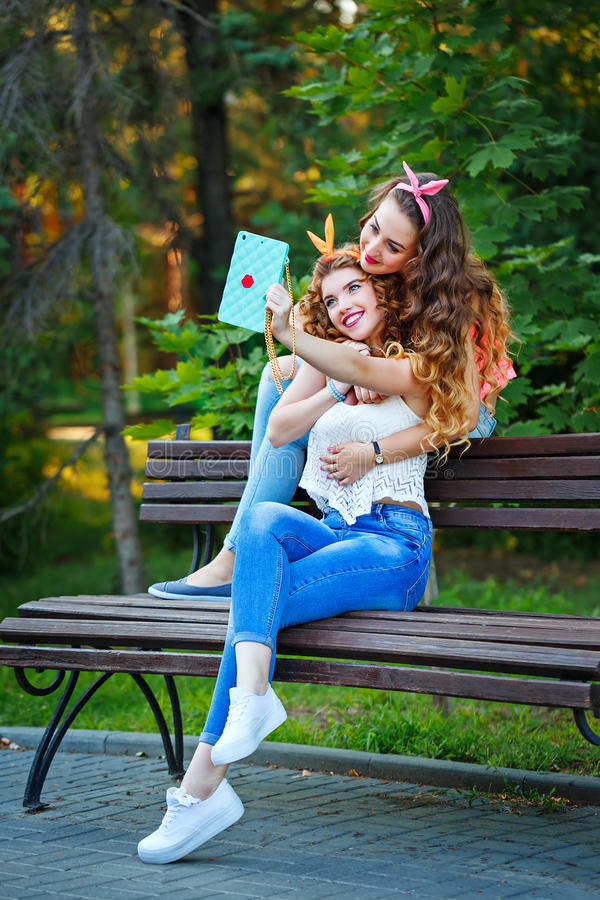 Umarmung Der Besten Freunde Fotos Im Park Gruppe Selfies