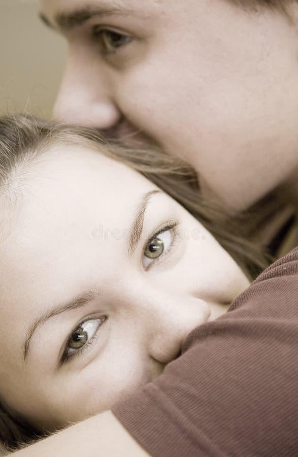 Umarmung und Kuss stockfotos