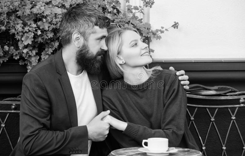 Umarmungscaf?terrasse der Paare Paare in der Liebe sitzen Caf?terrasse genie?en Kaffee Angenehmes Familienwochenende Verheiratete stockbild