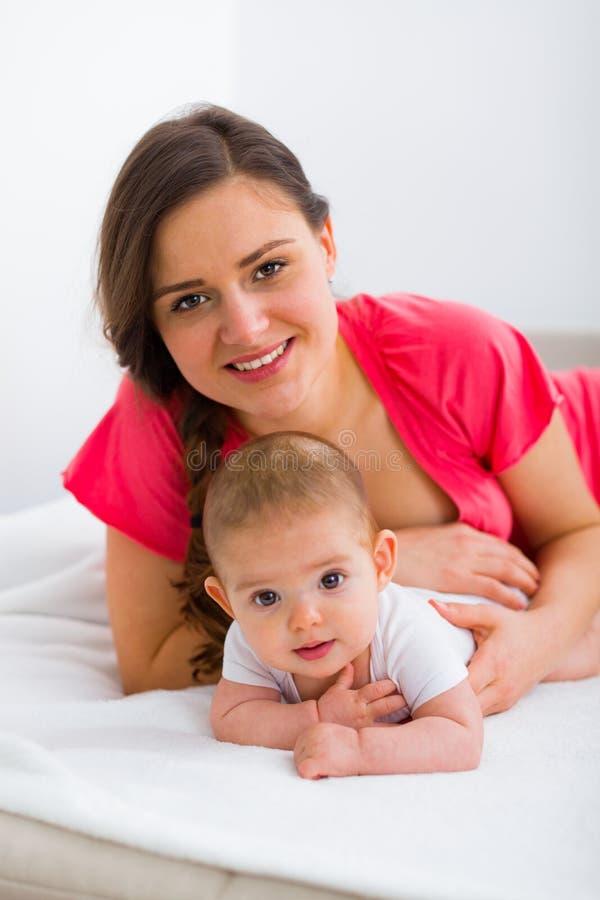 Umarmungsmutter und Kind stockfoto