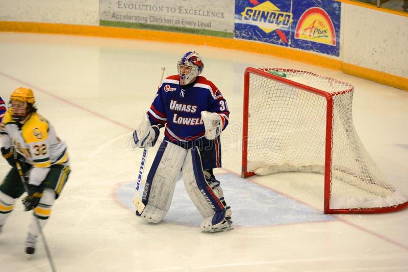 UMass-Lowell Goalie #31 i NCAA-hockeylek arkivbilder