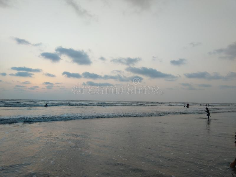 Umbergaon海滩古杰雷特日落海岸 免版税图库摄影
