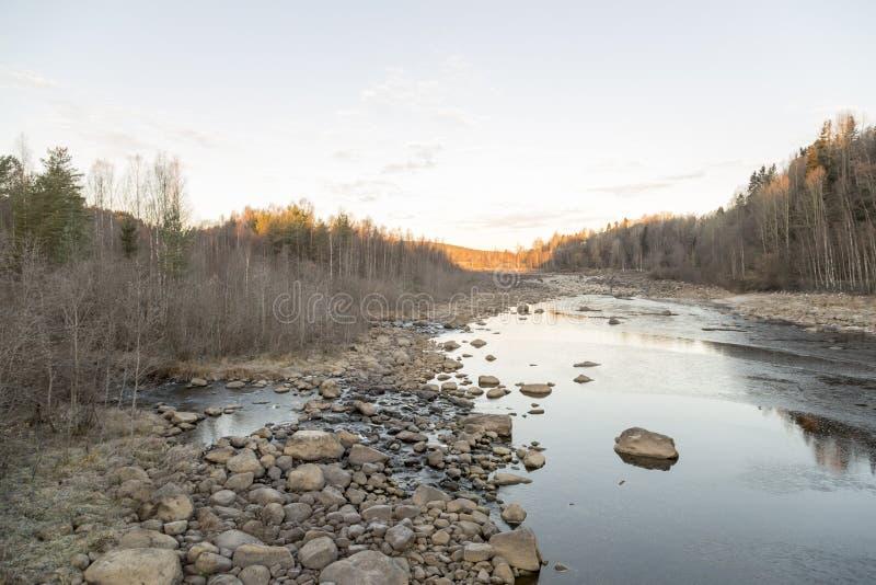 UmeÃ¥ rzeka Susząca up w jesieni zdjęcie stock