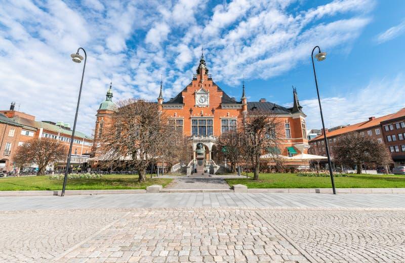 Umeå Rathaus, die Hauptfassade nach Süden, die Büste des Gründers von Umeå, Gustav II Adolf befindet sich am Haupteingang Die stockfotografie