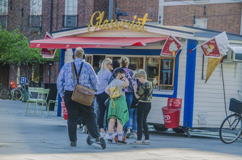Umea, Швеция - люди 21-ое мая 2019 в очереди перед качественным магазином мороженого стен во время лета стоковое изображение rf