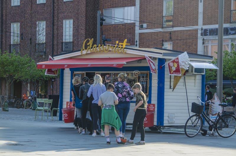 Umea, Швеция - очередь 21-ое мая 2019 перед качественным магазином мороженого стен во время лета стоковые изображения rf