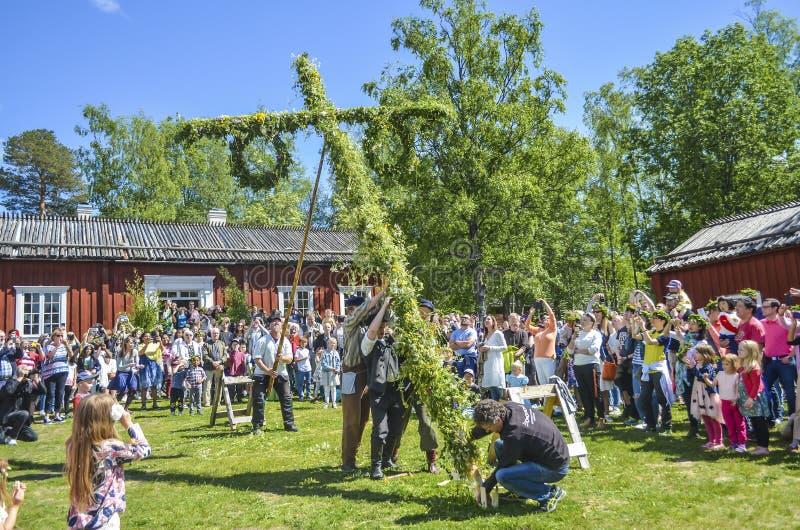 Umea, Schweden - 23. JUNI 2017 glückliche Menschen, die genießen, um Pfostenstellungs-Momentbemühung durch schwedische Leute und  lizenzfreie stockfotos