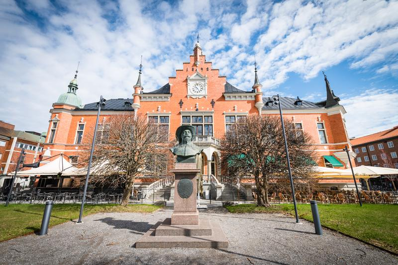 Umea, Szwecja - 10 maja 2019 r.: Ratusz w Umeå, główna fasada na południe, popiersie założyciela Umeå, Gustav II Adolf obrazy royalty free