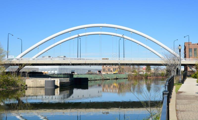 Umedeça a ponte da avenida fotografia de stock royalty free