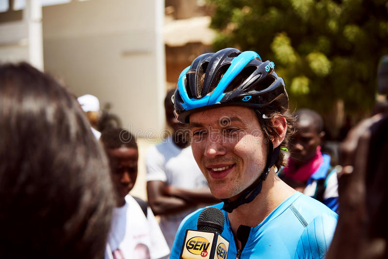 Umfassen Sie die Welt, die am Ausflug DU Senegal 2017 radfährt lizenzfreie stockfotos