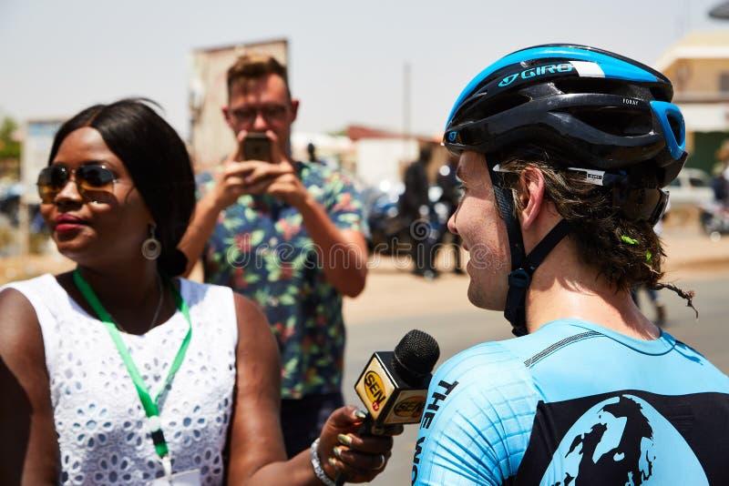 Umfassen Sie die Welt, die am Ausflug DU Senegal 2017 radfährt stockfoto