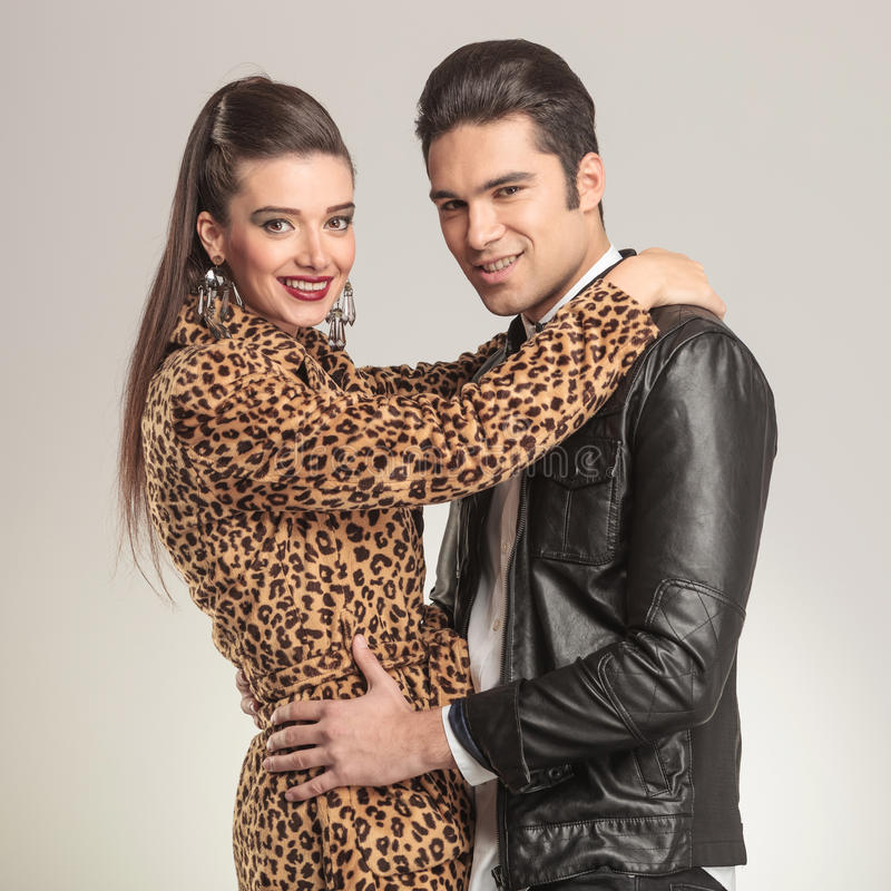 Umfassende Modepaare beim Lächeln lizenzfreie stockfotos