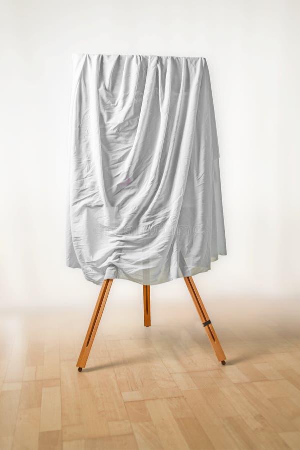 Umfasste Malerei auf einem Gestell, weißer Stoff über dem Bild, Holz stockbild