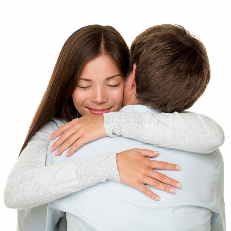 Umfassung das Paarumarmen glücklich stockfoto