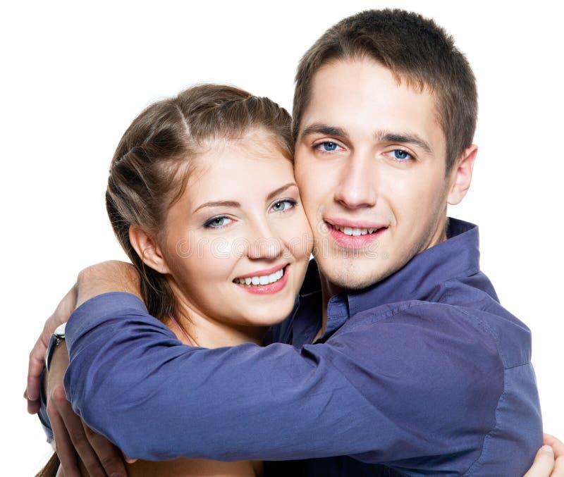 Umfassung der jungen glücklichen schönen Paare stockfoto