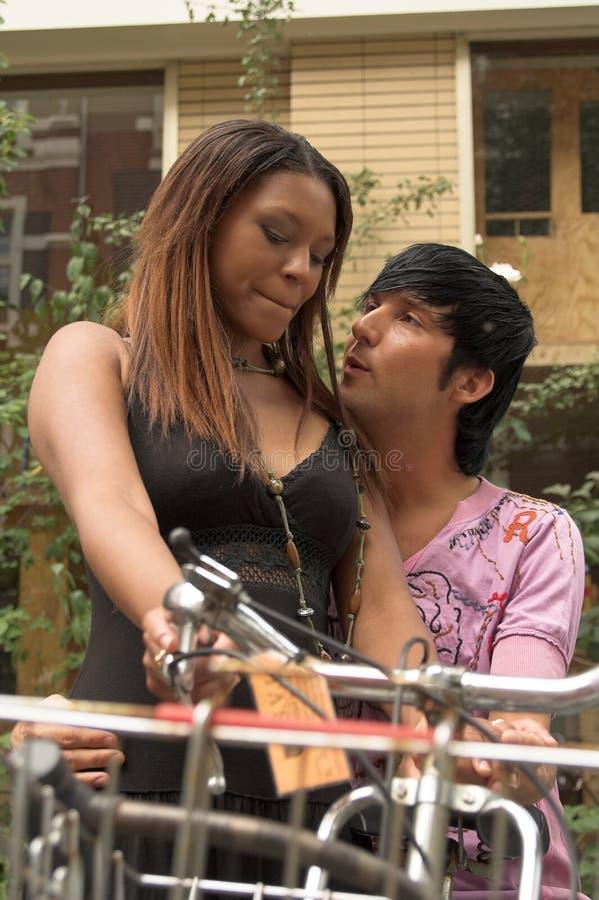 Umfassung der Paare mit Fahrrädern stockbilder