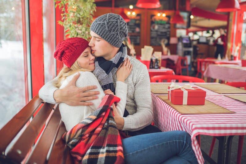 Umfassung von jungen Paaren am Feiertag stockfotografie