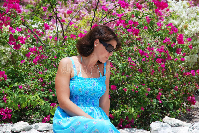 Umgeben durch Flowers stockfotos