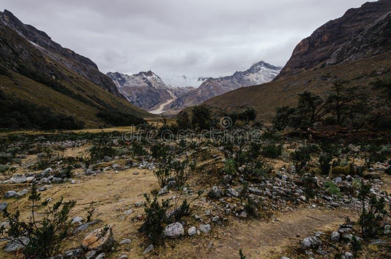 Umgebung des Basislagers des Berges Alpamayo in der Quebrada santa Cruz in Peru, mit den Überresten einer Lawine lizenzfreies stockfoto