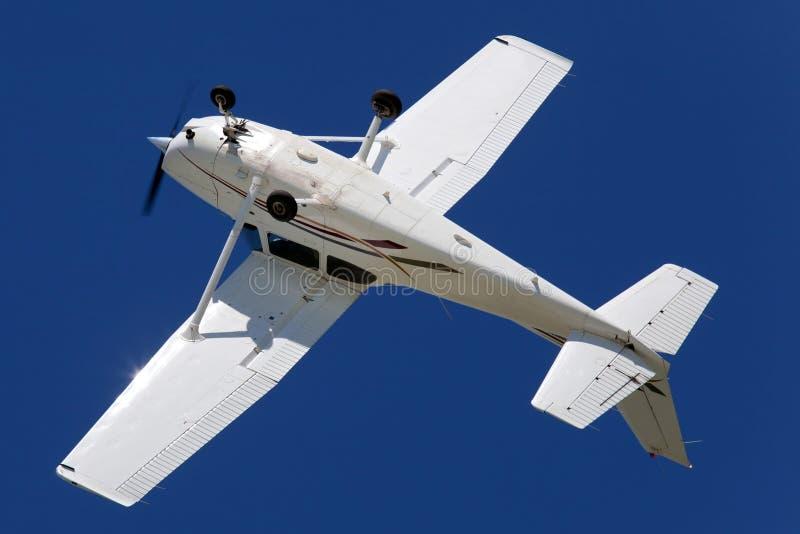 Umgekehrtes Flugzeugbankwesen während einer Rolle stockfotos